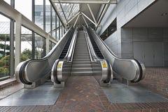 Escaleras y escaleras móviles Foto de archivo libre de regalías