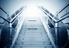 Escaleras y escaleras móviles de la estación de metro Imagenes de archivo