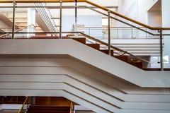 Escaleras y otras formas geométricas en un edificio entrelazado imagen de archivo