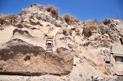 Escaleras y pared volcánica Fotos de archivo libres de regalías