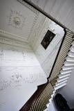 Escaleras y paredes adornadas con yeso en el sitio principal en la casa majestuosa de Russborough, Irlanda Imagen de archivo