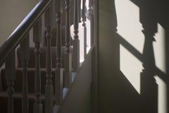Escaleras y pasamano con la sombra Foto de archivo libre de regalías