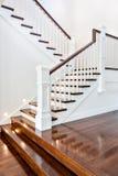 Escaleras y piso de madera brillante del lujo atractivo hermoso ho imagen de archivo libre de regalías