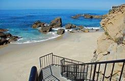 Escalier à échouer à la crique en bois, Laguna Beach, la Californie image stock