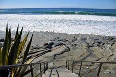 Escalier à la plage de rue de chêne dans le Laguna Beach, la Californie Photographie stock libre de droits