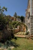 Escalier étroit dans la maison méditerranéenne traditionnelle Photographie stock libre de droits