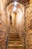 Escalier étroit dans la vieille cave avec des murs de briques photographie stock libre de droits