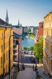 Escalier étroit de rue vers le bas au lac Malaren, Stockholm, Suède images stock