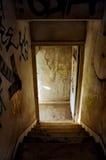Escalier abandonné de maison Photos libres de droits