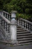 Escalier antique avec les balustres en pierre dans la perspective de la végétation verte photo stock