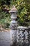 Escalier antique avec les balustres en pierre dans la perspective de la végétation verte photographie stock