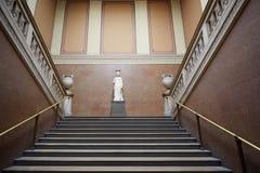 Escalier antique de British Museum avec la statue romaine à Londres Images libres de droits