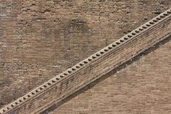 Escalier au mur antique de ville Image stock