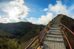 Escalier au point de vue sur le volcan de Kelimutu, Flores photo stock