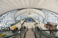 Escalier au terminal à l'aéroport de Suvarnabhumi Image libre de droits