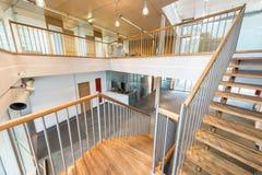 Escalier avec des étapes en bois photo stock