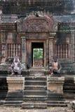 Escalier avec des gardiens de singe au temple du 10ème siècle de Banteay Srei photographie stock
