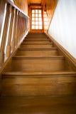Escalier classique avec la trappe en bois Photographie stock libre de droits