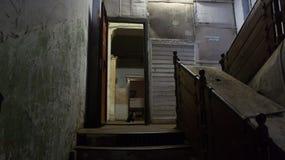 Escalier dans la vieille partie de la maison abandonnée dans Tver Images libres de droits