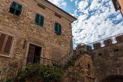 Escalier dans la vieille ville de Suvereto, Toscane, Italie image libre de droits