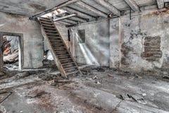 Escalier dans le bâtiment abandonné et de émiettage Photographie stock libre de droits