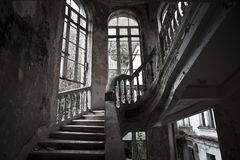 Escalier dans le vieil hôtel abandonné Image stock