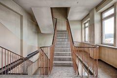 Escalier dans un bâtiment abandonné et oublié Images stock
