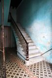 Escalier dans une maison à vieille La Havane photographie stock libre de droits
