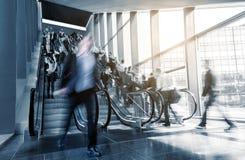 Escalier de centre d'affaires avec des personnes dans la précipitation Photos libres de droits