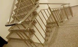 Escalier de construction ayant beaucoup d'étages d'escalier du feu de sortie de secours avec tred et canalisations verticales images stock