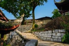 Escalier de Hillside dans les bâtiments tuile-couverts antiques le jour ensoleillé photographie stock