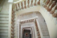 Escalier de marbre circulaire blanc avec le stand brun image libre de droits