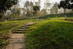 Escalier de pierre de Hillside dans le matin ensoleillé d'hiver photo stock