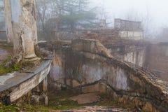 Escalier de restaurant abandonné sur le bâti Akhun, Sotchi, Russie image stock