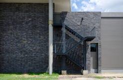 Escalier de sortie de secours sur le mur externe Images stock