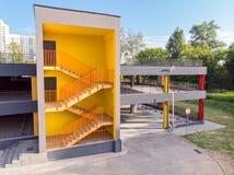 Escalier de sortie de secours avec les murs jaunes stationnement neuf de garage photos libres de droits