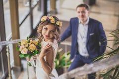 Escalier de sourire de jeune mariée Image libre de droits