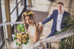 Escalier de sourire de jeune mariée Photographie stock libre de droits