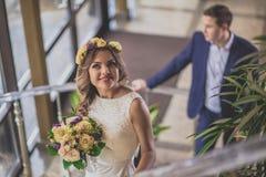 Escalier de sourire de jeune mariée Images stock