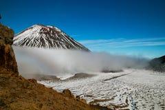 Escalier du ` s de diable entre Mt Ngauruhoe et Mt Tongariro, s'élever raide sur les roches raides, paysage volcanique au Nouvell images stock