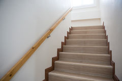 Escalier en béton avec la balustrade en bois Images stock
