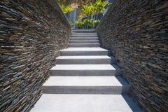 Escalier en béton avec le mur en pierre Image libre de droits
