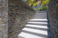 Escalier en béton avec le mur en pierre Photographie stock libre de droits