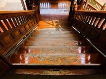Escalier en bois descendant la vue image stock