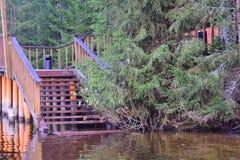 Escalier en bois, descente à l'eau Image stock