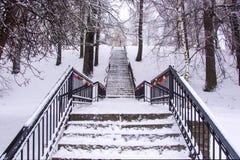 Escalier en métal menant au dessus avec des cadenas sur la balustrade photo libre de droits