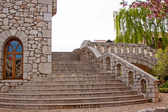 Escalier en pierre d'étape dans le château photos libres de droits