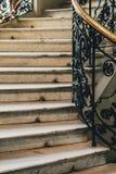 Escalier en pierre en spirale avec les étapes blanches de granit et balustrades avec les modèles forgés en métal image libre de droits