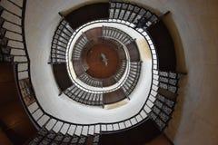Escalier en spirale à jour dans la tour photographie stock