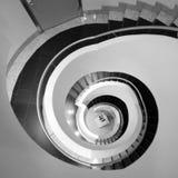 Escalier en spirale abstrait noir et blanc Photo libre de droits